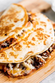 Cheesy Ground Beef Quesadillas: Like the best bar food in the world, but right here in your own kitchen. beef recipes The Best Cheesy Ground Beef Quesadillas Crock Pot Recipes, Beef Steak Recipes, Beef Recipes For Dinner, Mexican Food Recipes, Cooking Recipes, Quick Ground Beef Recipes, Cooking Tips, Dishes For Dinner, Recipes For Wraps