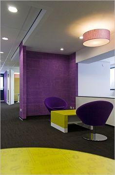 wachtzaal met leuke zetels en paarse wand behangpapier
