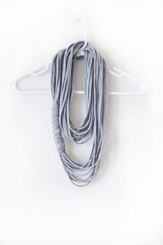 Faça um colar legal de várias camadas com uma camiseta velha.