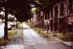 1979 West-Berlin - Bernauerstraße, Berliner Mauer mit Fassaden ehemaliger Wohn- und Geschäftshäuser (rechts).☺