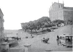 Esta fotografia de Guilherme Gaensly foi publicada no Álbum Vues de Bahia, por volta de 1885. A imagem aqui presentada sofreu alguma edição para reduzir alguns estragos do tempo. O antigo Largo do Theatro ganhou o nome do poeta em 1881, dez anos após sua morte. O Largo estava em obras. Note o bonde puxado por cavalos.