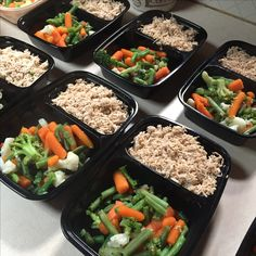 My home made shredded seasoned chicken breast with vegetables & garlic mushrooms with a light chicken sauce ! For meal prep 💪🏻