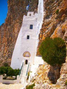 L'entrée du monastère de la Chozoviotissa à Amorgos en Grèce. #voyage #grece #cyclades #amorgos #monastere