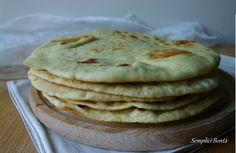 La pita greca è un pane rotondo e piatto utilizzato per preparare il kebab turco o il gyros greco , si sposa bene con salse come lo tzatziki o l' hummus