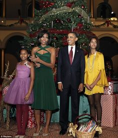 The First Family, President Barack Obama, Michelle Obama and their two daughters,Malia and Sasha. Michelle Und Barack Obama, Michelle Obama Fashion, Barack Obama Family, Malia Obama, Joe Biden, Durham, Obama Daughter, The Jackson Five, Presidente Obama