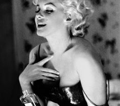 10 Vintage Chanel No. 5 Ads You NEED to see - Marilyn Monroe Chanel No. 5 perfume ad, 1954 * Know my worth just as much as Marylin Monroe knew hers! Marylin Monroe, Fotos Marilyn Monroe, Marilyn Monroe Poster, Marilyn Monroe Portrait, Chanel No 5, Coco Chanel, Chanel Runway, Chanel Black, Chanel Watch