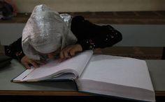 """Mahmud Hams (AFP).  """"El libro sagrado parece más grande que la niña que lo memoriza (…). La niña no puede leer con los ojos, necesita los dedos, el contacto. Con el índice de la mano izquierda recorre los seis puntos del alfabeto Braille en busca de letras y palabras, de emociones. La niña es ciega y palestina; vive en Gaza."""" vía @ramonlobo"""