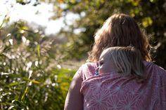 bij mama op de rug