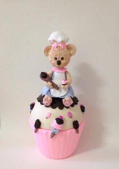 Cupcake Ursinha Confeiteira todo forrado em biscuit e modelado à mão por Le Biscuit Denise Marrach Whatsapp: 19-99763-9570 e 19-99602-8897