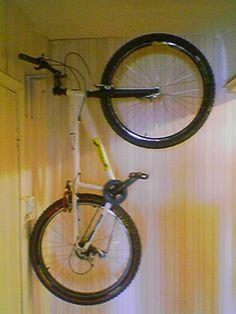К сожалению я не понял как крепить велосипеды, которые представлены на фото. Первое фото вертикального хранения велосипеда в квартире на...