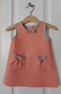 Coral dress: free pattern Love those pockets! and I could use those on the pillowcase dresses I make for Little Dresses for Africa.Coral dress: free pattern will have to get this translated.add a print band to the bottom.Cute combination of bias tape Toddler Dress, Toddler Outfits, Baby Dress, Kids Outfits, Dress Girl, Little Dresses, Little Girl Dresses, Girls Dresses, Girl Dress Patterns