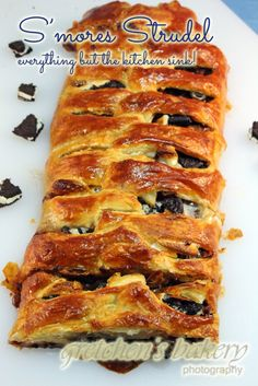 Everything but the kitchen sink in this S'mores Strudel! Marshmallows, Nutella, Oreos, Hershey's bars and bananas for a warm melt-y gooey delight! Superbowl Desserts, Party Desserts, Just Desserts, Delicious Desserts, Dessert Party, Party Recipes, Smores Dessert, Breakfast Dessert, Hershey Chocolate