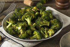 """Nu este neapărat să mâncați morcov crud și sfeclă fiartă pentru a scăpa de kilogramele în plus. Puteți prepara atât de multe bucate din legume care sunt folositoare și gustoase: salate, budinci, tocănițe și chiar deserturi. Noi v-am pregătit 8 rețete simple a căror ingrediente principale sunt legumele. Apropiații dvs. vă vor ruga să le preparați mai des, odată ce le vor gusta. Iar dvs. veți fi mereu sătulă și cu o siluetă frumoasă. 1. Salată """"Tabbouleh"""" Dacă doriți să vă răsfățați cu bucate…"""