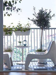 Svalkande vitt med IKEA PS VÅGÖ fåtöljer, IKEA PS SANDSKÄR brickbord, SOCKER blomlåda med hållare, RUNNEN trall, MÖRKT lykta för värmeljus.