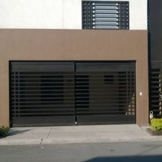 Puerta de cochera sencilla con barrotes horizontales