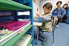【晴報專訊】今日是世界自閉症意識日,調查發現,自閉症港童平均兩歲半後才確診,低於外國要求。即使家長較早察覺子女有異,逾半被誤以為社交或語言問題,錯失三歲前的治療黃金期。 邁步自閉症兒童訓練中心分析08年至14年、共921宗自閉症兒童個案,發現平均確診年齡介乎兩歲七個月至三歲;今年至今的75宗個案,有兩成患童於三歲四個月或之後確診,遠低於外國須於18個月至兩歲期間確診的要求。 ...