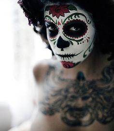 Sugarskulls fascineren me al een tijd. Het zijn versierde doodshoofden die worden gemaakt en vereerd tijdens Dia de los Muertos (day of the dead) in onder andere Mexico. Op deze dag worden alle overledenen herdacht en daar is het ook een officiële feestdag, net als Kerst bij ons. Maar… je kan natuurlijk ook een sugarskull …