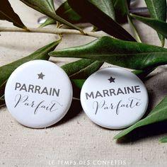 Voici un cadeau à offrir à la marraine et au parrain en cadeau pour le baptême de votre petit choux. Un cadeau personnalisé qui plaira à coup sur.  Parrain parfait avec une étoile grise et marraine parfaite avec une étoile grise aussi.   ***4€ les deux badges***  Badge de 32 mm de diamètre. Made in FRANCE.   Autre couleur disponible ici : https://www.etsy.com/fr/listing/452076004/lot-de-2-badges-bapteme-cadeau-ceremonie?ref=shop_home_active_15