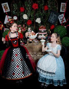 Alice in wonderland kostuum, tule jurk, kostuum halloween, op disney gebase Alice In Wonderland Tea Party Birthday, Alice In Wonderland Costume, Costume Alice, Costume Dress, Alice Cosplay, Girl Costumes, Halloween Costumes, Robes Disney, Costume Carnaval