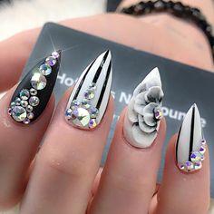 Punta stiletto cortas color negro y blanco 3D en dedo anular y pedrería