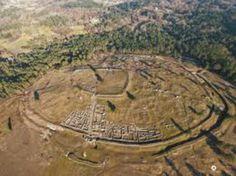 Vista aérea de San cibran de las castro celta amurallado varias veces, según crecía la población (ourense)