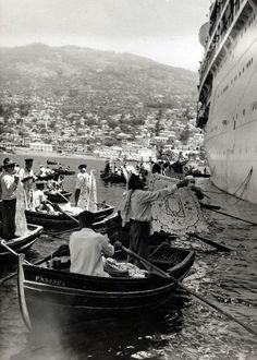 "Os bomboteiros eram os negociantes que, a bordo de pequenos barcos, chamados de ""bombote"", vendiam produtos regionais aos turistas dos navios de cruzeiro que aportavam na cidade do Funchal."