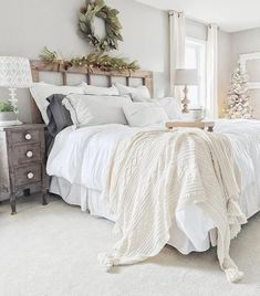 26 vintage bedroom decor ideas that not sacrificing the function for the sake of… 26 idées de décoration de chambre … Vintage Bedroom Decor, Shabby Chic Bedrooms, Urban Chic Bedrooms, Home Bedroom, Bedroom Furniture, Bedroom Ideas, Furniture Sets, Furniture Packages, Furniture Movers