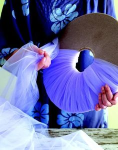 Pompon en tulle : lien tuto Plus Tulle Poms, Tulle Balls, Pom Poms, Tulle Wreath, Tulle Crafts, Diy And Crafts, Arts And Crafts, Craft Projects, Projects To Try