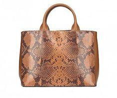 0762db45209 Cognac Leren Slangenprint Leren Tas Deze tas heeft een imitatie  slangenprint de tas zelf is van