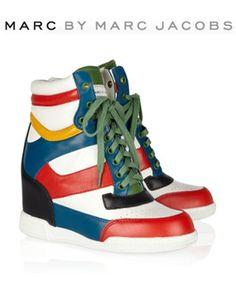 (Ciclo Curto - Modismo).Lançados pela estilista Isabel Marant em 2011 os Sneakers viraram objeto de desejo, super confortáveis, vão dos modelos mais básicos e discretos em tons terrosos e camurça até os mais estilosos com spikes, couro metalizado e muitas cores.
