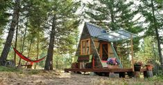Can you believe this adorable tiny house was built in only 3 weeks? This tiny A-frame cabin was not . Diy Cabin, Guest Cabin, A Frame Cabin, A Frame House, Cabine Diy, Off Grid House, Tiny House Swoon, Tiny Spaces, Shed Plans