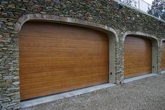 Portone sezionale in legno modello GALILEO. Portone sezionale di ampie dimensioni per la chiusura di ambienti domestici e residenziali. http://www.carinisas.it/prodotti/portoni-sezionali/galileo-pannello-in-legno #casa #arredamento #garage