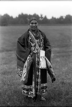 Menominee medicine woman http://www.mpm.edu/collections/artifacts/anthropology/ribbonwork/history-technique/