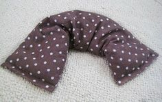therapeutic neck pillow...ooh, I think some of my friends will be getting these for Christmas this year maybe with a matching blanket! Heated Neck Wrap, Small Pillows, Diy Pillows, Therapeutic Pillows, Rice Bags, Neck Pillow, Sewing Hacks, Sewing Crafts, Sewing Projects