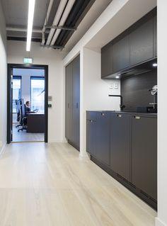 Moderne kontorlokaler, Oslo - Nyfelt og Strand Interiørarkitekter Oslo, Garage Doors, Kitchen Cabinets, Studio, Outdoor Decor, Home Decor, Modern, Decoration Home, Room Decor