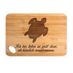 Bambus - Schneidebrett Schildkröte aus Bambus   Natur - Das Original von Mr. & Mrs. Panda.  Ein wunderschönes Holz-Schneidebrett von Mr.&Mrs. Panda.    Über unser Motiv Schildkröte  Schildkröten gelten als besonders gemütliche Tiere, die schon länger Erdbewohner sind als wir Menschen. Sie können bis zu 100 Jahre alt werden.    Verwendete Materialien  Wunderschönes und hochwertiges Bambus Holz in der Stärke 10mm. Wir stehen bei all unseren Mr. & Mrs. Panda Produkten mit unserem Mr. & Mrs…