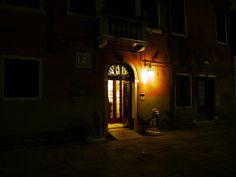 イタリア・ヴェネチアの夜を探索する楽しみ / 涼しい風と談笑と