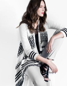 e53f1ca6bd688 Gilet poncho noir et blanc à franges - Top noir empiècement dentelle - Jean  slim gris