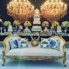 #mulpix Uma festa de princesa para comemorar os 5 anos da Lara!! 👑👑 Decor pelas mãos da fera @renatavarandas. Produtos personalizados by @rebecaduarte_home (na foto, as almofadas). Decor pelas mãos da fera @renatavarandas. Mobiliário de luxo que compôs todo o cenário @unimportdecor. Arquiteto @pedrofmartins. Bolo @juniorcakevieira. Cerimonialista @barbaraschetino. @mantoproducoes e @atelier_aleli
