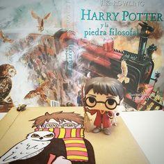 """Os recomendamos las versiones ilustradas de Harry Potter. Y es que, si ya de por sí la historia de este joven mago nos encanta, imaginaos si encima está ilustrada por Jim Kay. Cada año sale un nuevo libro y a finales de 2017 esperamos """"El prisionero de Azkaban"""". Un álbum ilustrado perfecto para un super regalo sobre todo si va acompañado de nuestros #regalibros o algún personaje de la serie.  PVP: 32€ (el regalibro tiene un precio de 3€ y los Funkos los podéis encontrar desde 8.95€)"""