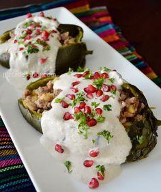 Chiles en nogada | http://www.pizcadesabor.com/2013/09/04/chiles-en-nogada/  mi próxima comida a crear mmmmmm