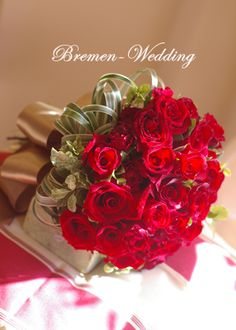 深紅のバラとミスカンサスのクラッチブーケ