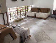 carrelage-gris-clair-formes-fleurs-miobilier-moderne-cuir-marron-tissu-beige