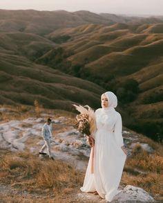 photo Pre Wedding Photoshoot, Wedding Poses, Wedding Shoot, Wedding Couples, Muslim Wedding Dresses, Muslim Brides, Muslim Couples, Wedding Art, Dream Wedding