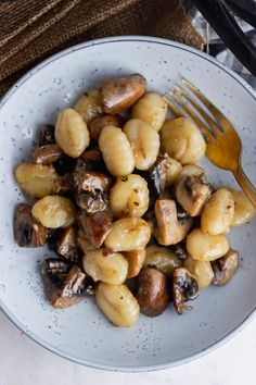 This mushroom gnocchi recipe has a rich buttery sauce flavoured with parmesan and thyme. It's a simple weeknight dinner with just a handful of ingredients. #thecookreport #mushroomgnocchi #gnocchirecipe #vegetarian Creamy Pasta Recipes, Gnocchi Recipes, Healthy Pasta Recipes, Healthy Pastas, Vegetarian Recipes Easy, Skillet Recipes, Delicious Recipes, Winter Dinner Recipes, Dinner Ideas