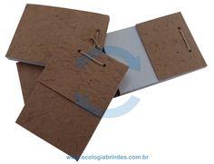 Bloco Reciclado eco 201. Bloco de Anotações confeccionado com capa de papel reciclado de saco de cimento e as folhas do miolo em papel reciclado industrial. Dimensões do Bloco: 7 x 5 cm. Incluso: 01 cor de impressão na capa do Bloco. Cores adicionais, favor consultar. Obs.: As cores poderão sofrer distorções na aplicação, devido à tonalidade do papel.