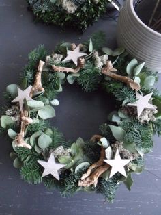 Sterren op dennentakken met eucalyptus en stukjes hout. Christmas Advent Wreath, Xmas Wreaths, Christmas Party Decorations, Christmas Mood, All Things Christmas, Christmas Crafts, Holiday Decor, Christmas Arrangements, Decoration Inspiration
