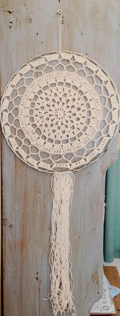 Mandala dreamcatcher in white cotton with silver hoop. Crochet Home, Crochet Motif, Crochet Doilies, Crochet Patterns, Mandala Crochet, Crochet Dreamcatcher Pattern, Lace Dream Catchers, Art N Craft, Suncatchers