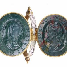 From the Museum of London's Cheapside Hoard, a cameo locket showing the head of Christ and the Virgin Mary in bloodstone Ancient Jewelry, Antique Jewelry, Vintage Jewelry, Renaissance Jewelry, Medieval Jewelry, Cameo Jewelry, Jewellery, London Museums, Jewelry Collection