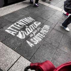 TAN Nantes - messages au pochoir au sol Attention le tram ne joue pas à saute piétons